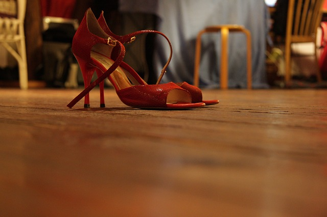 červené boty na vysokém podpatku