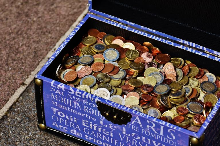 krabice plná mincí