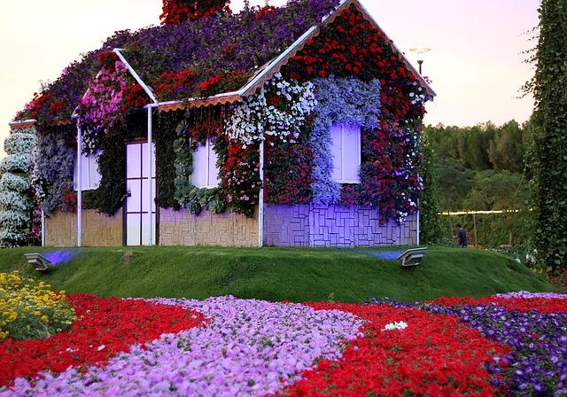 zahradní domek obkvetlý květinami.jpg