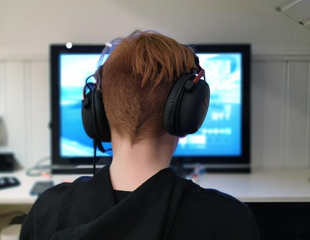 dětský hráč před monitorem