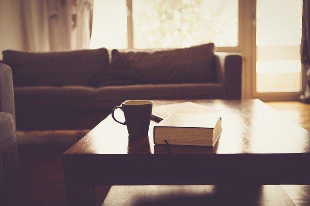 kniha na stolku