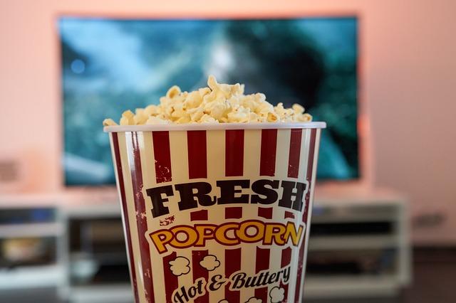 popcorn při sledování filmu