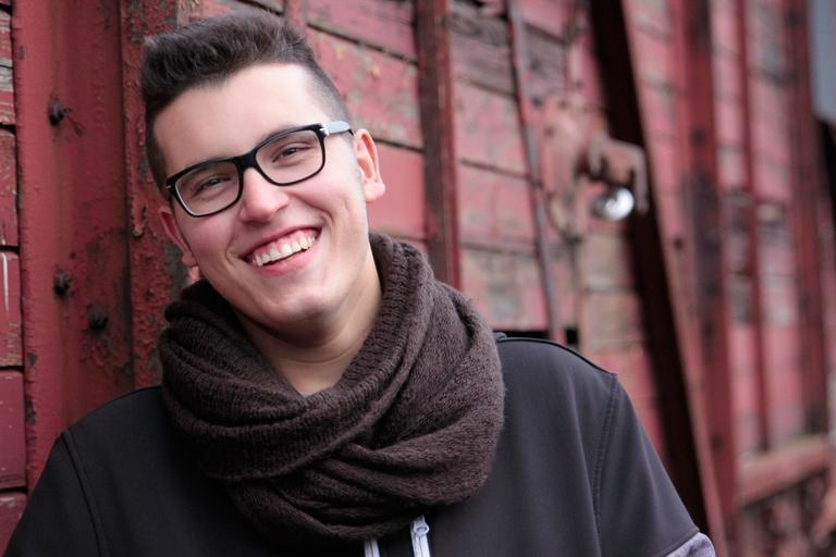 muž s brýlemi